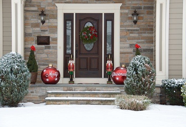 Our Guide To Front Door Christmas Décor