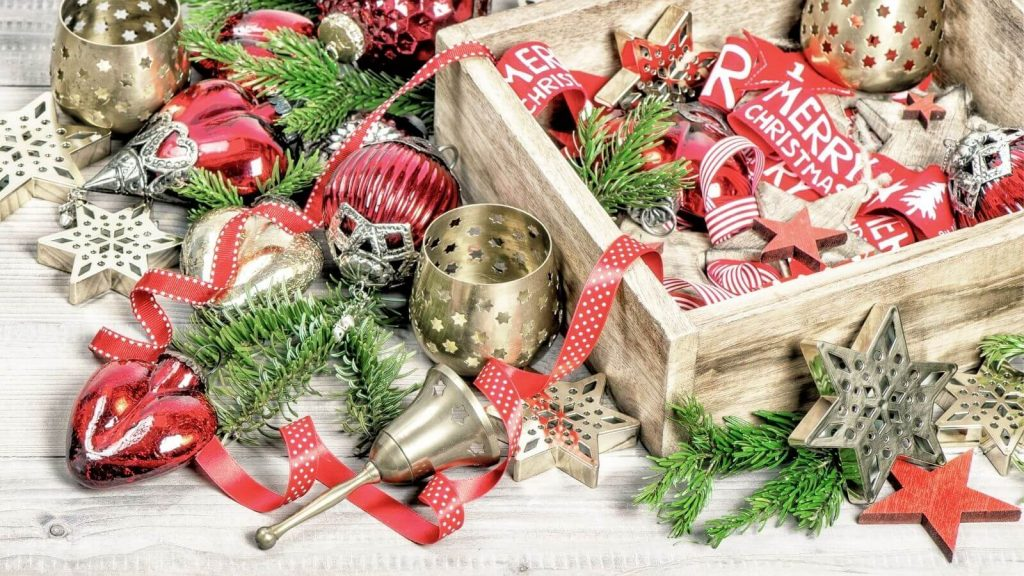 Red & green decorations - one of the key trends for Christmas 2021